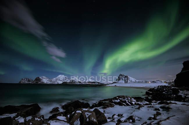 Northern lights over Mt Offersoykammen, Lofoten, Nordland, Norway — Stock Photo