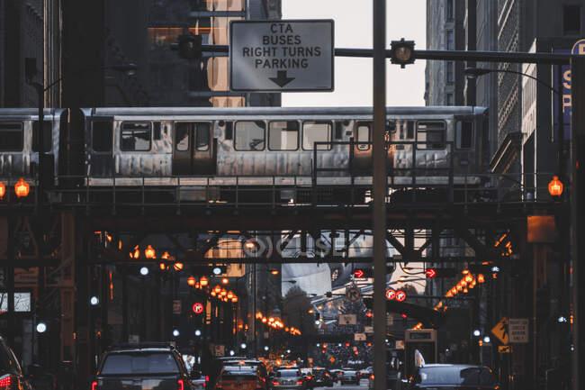 Train driving along elevated railway track, Chicago, Illinois, Estados Unidos da América — Fotografia de Stock