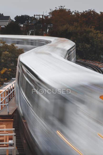 Tren conduciendo a lo largo de vías férreas elevadas, Chicago, Illinois, Estados Unidos - foto de stock
