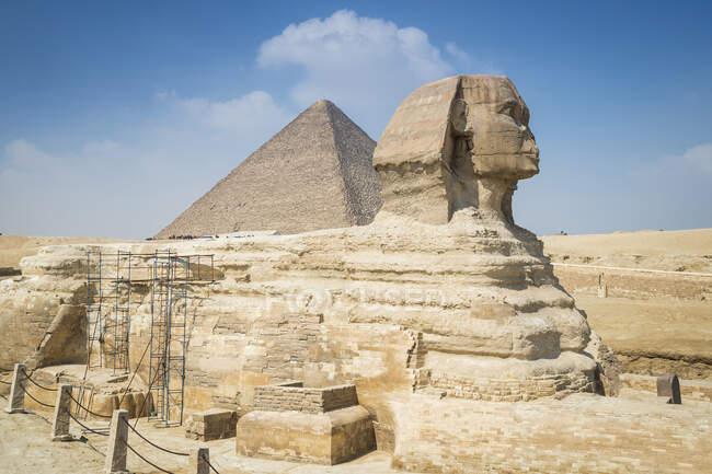 Великий Сфінкс і піраміда, Гіза поблизу Каїра (Єгипет). — стокове фото