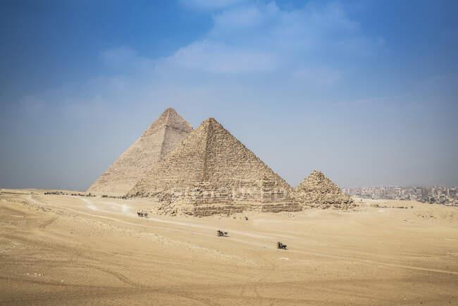 Complejo piramidal de Giza cerca de El Cairo, Egipto - foto de stock