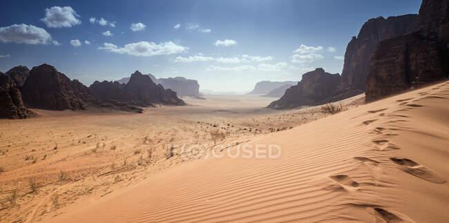 Impronte lungo il crinale di una duna di sabbia, Wadi Rum, Giordania — Foto stock