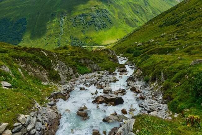 Riacho alpino nas montanhas, Furka Mountain Pass, Suíça — Fotografia de Stock