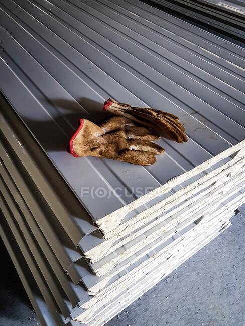 Будівельні рукавички на складених простирадлах — стокове фото