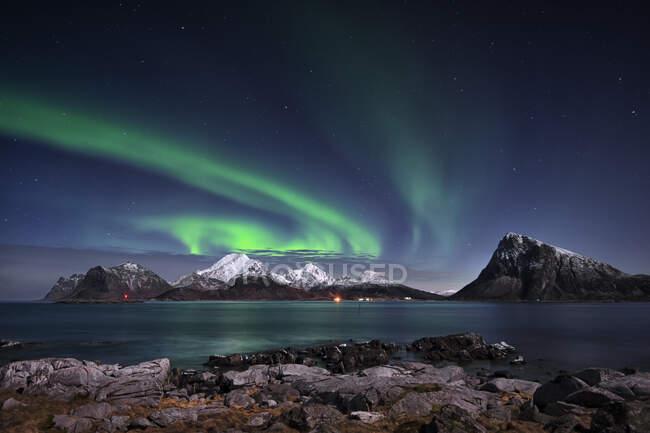 Luces boreales sobre el monte Himmeltinden, Lofoten, Nordland, Noruega - foto de stock
