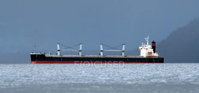Nave da carico vicino alla costa, Columbia Britannica, Canada — Foto stock