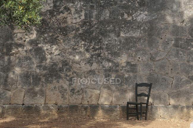 Silla junto a un muro conmemorativo de la guerra civil española, Mallorca, España - foto de stock