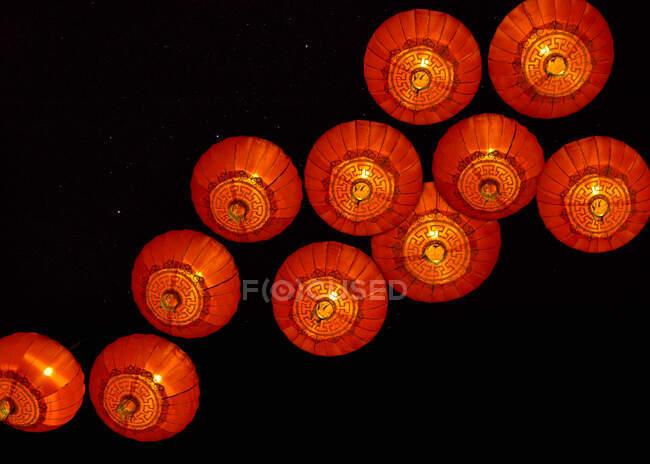 Faroles chinos en la noche - foto de stock