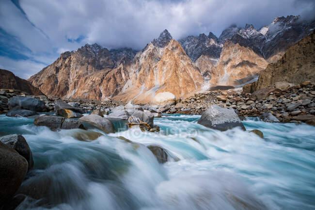 Long exposure shot of Hunza river and Passu Cones mountain, Hunza, Gilgit-Baltistan, Pakistan - foto de stock