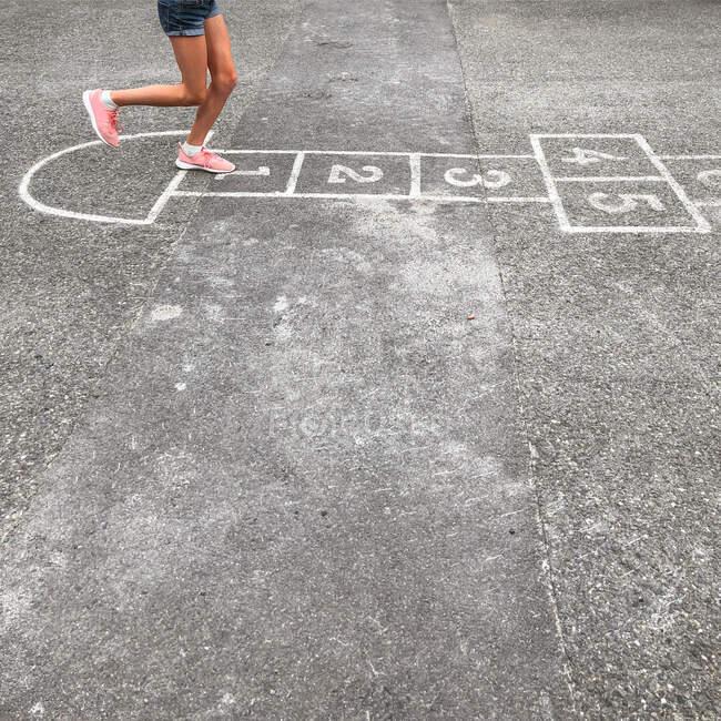 Ragazza che gioca hopscotch, Baerums Verk, Baerum, Akershus, Norvegia — Foto stock