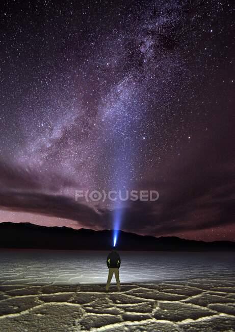 Homme debout dans Badwater Basin portant une lampe frontale, Death Valley National Park, Comté d'Inyo, Californie, États-Unis — Photo de stock