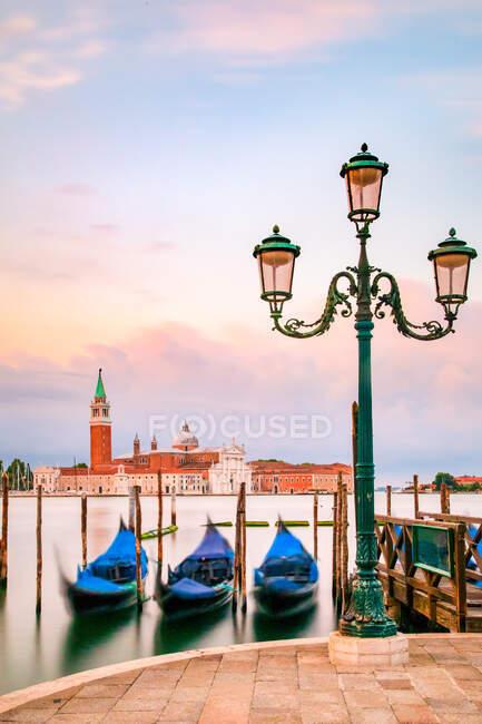 Gôndolas venezianas ancoradas no Grande Canal, Veneza, Veneto, Itália — Fotografia de Stock