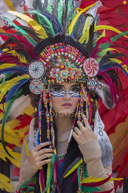 Ritratto di una donna che indossa un costume tribale indiano — Foto stock