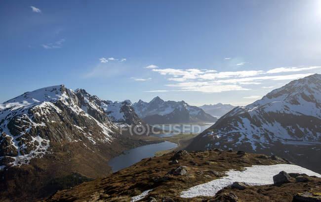 Bellissimo paesaggio montagnoso con laghi sotto cielo nuvoloso blu — Foto stock