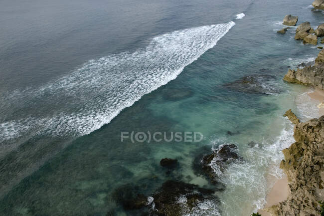 Ondulazioni sulla costa rocciosa, vista elevata — Foto stock
