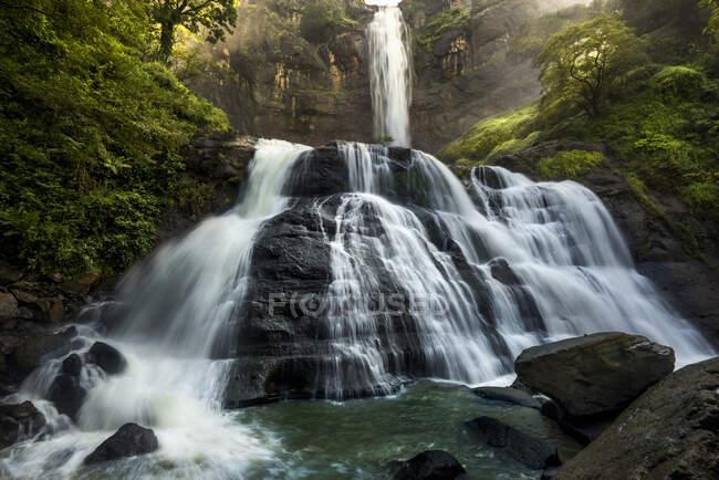Cascada en un geoparque Ciletuh-Palabuhanratu, Java Occidental, Indonesia - foto de stock