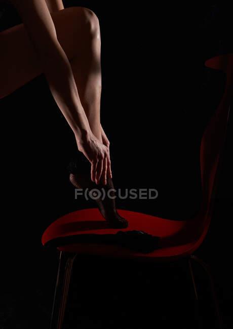 Mujer poniéndose sus pantimedias - foto de stock