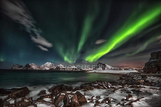 Plano escénico de Northern lights, Lofoten, Nordland, Noruega - foto de stock