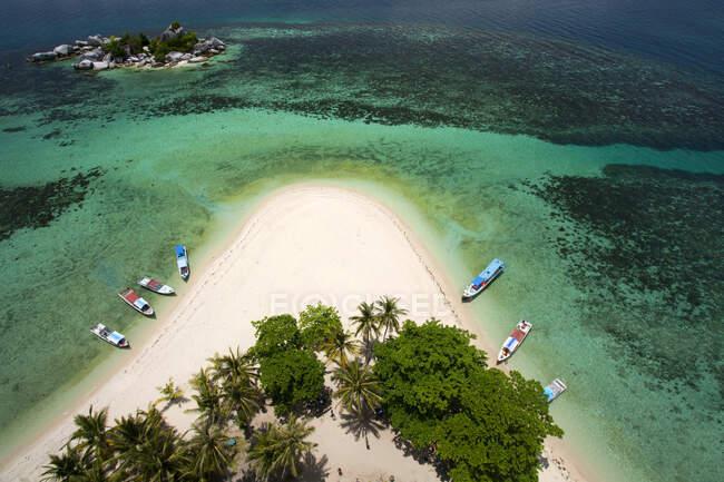 Veduta aerea delle barche ancorate sulla spiaggia, Isola di Lengkuas, Indonesia — Foto stock