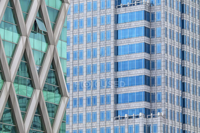Vista da arquitetura exterior do edifício no dia ensolarado — Fotografia de Stock