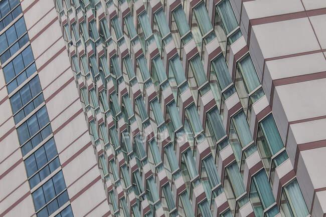 Вид на внешнюю архитектуру здания в солнечный день — стоковое фото