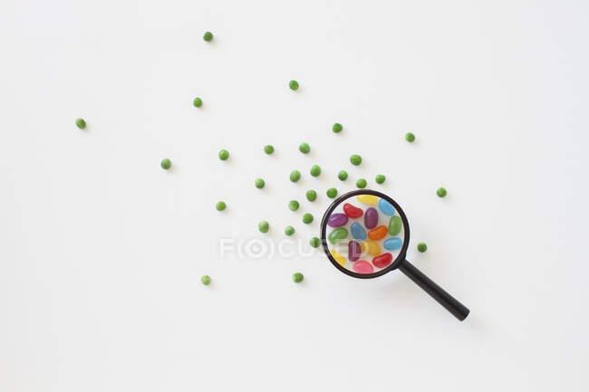 Lente d'ingrandimento, lente d'ingrandimento isolata su bianco, illustrazione 3d — Foto stock