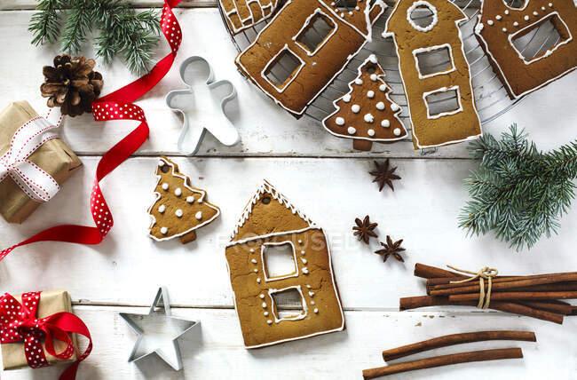 Cucinare una casa di pan di zenzero di Natale. Natale biscotti fatti in casa pan di zenzero, vista dall'alto — Foto stock