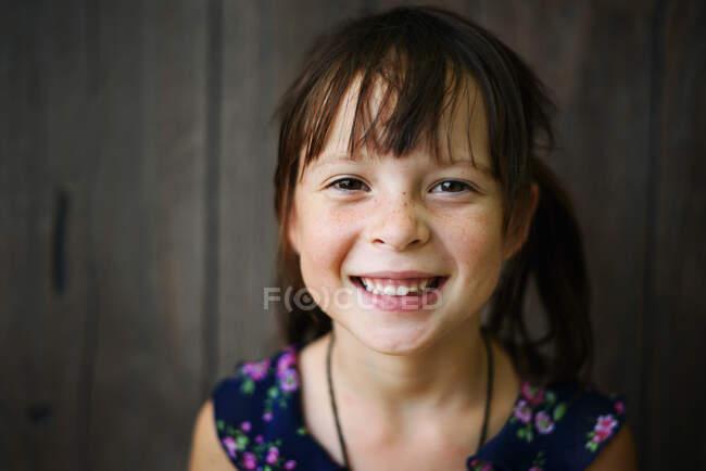 Retrato de una chica sonriente en un vestido de verano - foto de stock