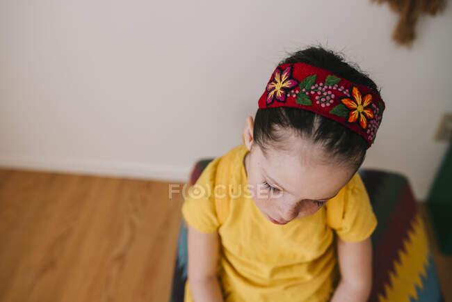 Vista aérea de una chica sentada en un taburete - foto de stock