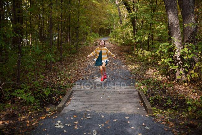 Girl running along a footpath, États-Unis — Photo de stock