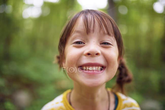 Портрет улыбающейся девушки, стоящей на улице, США — стоковое фото