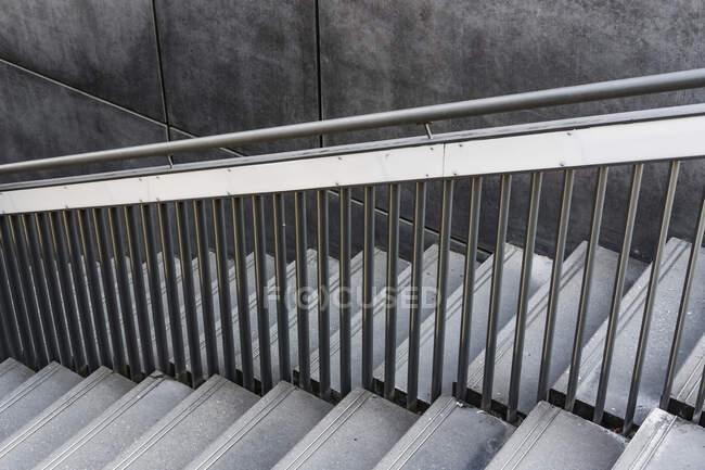 Close-up de uma escada e corrimão de metal — Fotografia de Stock
