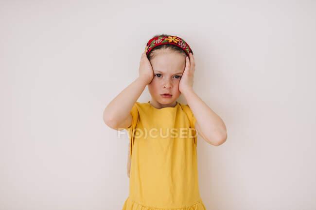 Retrato de una chica con dolor de cabeza sobre fondo blanco - foto de stock