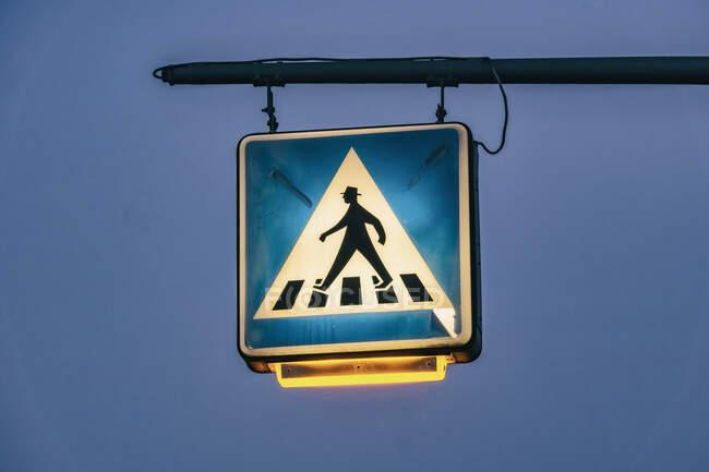 Sinal de travessia para pedestres iluminado ao entardecer, Berlim, Alemanha — Fotografia de Stock