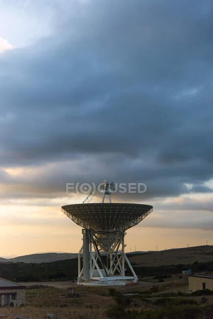 Gran Radio Telescopio al atardecer, Cagliari, Cerdeña, Italia - foto de stock
