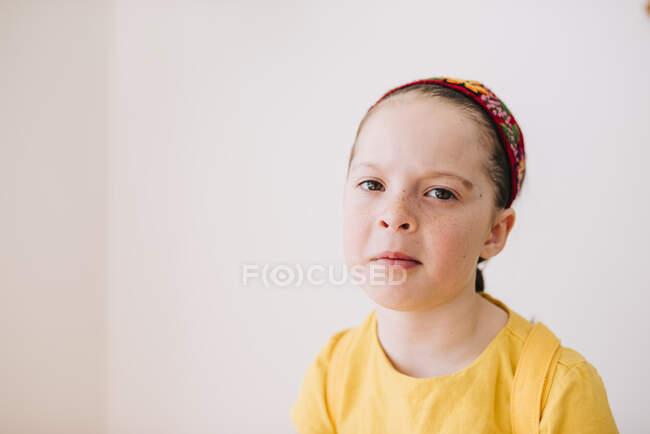 Retrato de niña emocional sobre fondo blanco de la pared - foto de stock