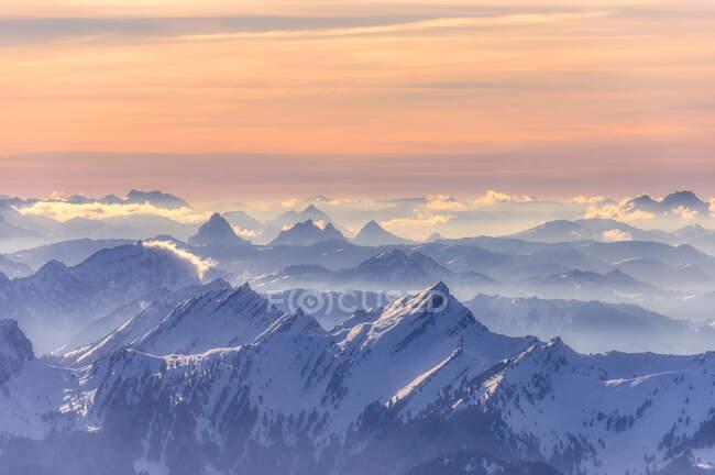 Crepuscolo sulle cime innevate delle Alpi svizzere, Svizzera — Foto stock