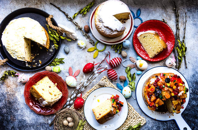 Overhead view of traditional Easter cakes on a table with Easter decorations — Stock Photo