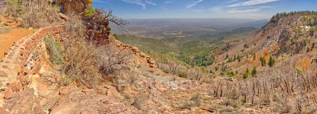 Vista panoramica dal lato est del monte Mingus nella zona ricreativa del monte Mingus vicino a Jerome Arizona. La città in lontananza è Cottonwood. — Foto stock