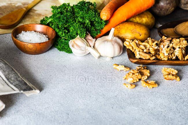 Ingredientes saludables para cocinar con variedades de verduras en la mesa - foto de stock