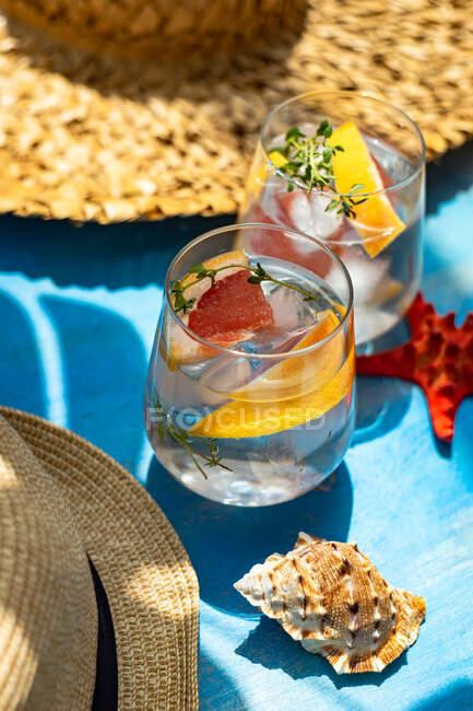 Літній коктейль з грейпфрутом і чебрець як літнє тло. — стокове фото