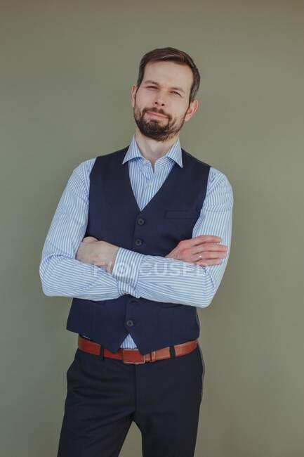 Retrato de un hombre guapo con barba con camisa y chaleco - foto de stock
