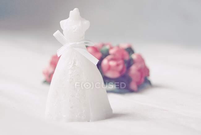 Покриття общинного одягу свічки і квіти на столі. — стокове фото