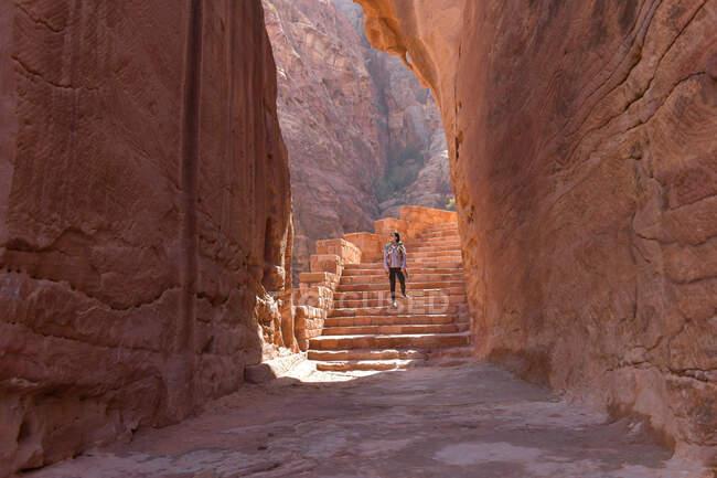 Splendida vista da una grotta dell'Ad Deir - Monastero nell'antica città di Petra, Giordania: Incredibile patrimonio mondiale dell'UNESCO. — Foto stock