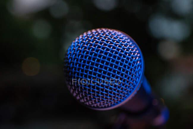 Primer plano de un micrófono - foto de stock