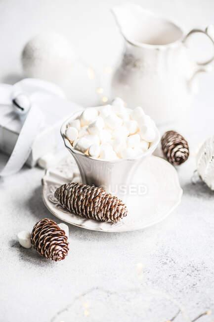 Concepto de tarjeta de comida de Navidad con taza de cerámica vintage con mini malvavisco - foto de stock