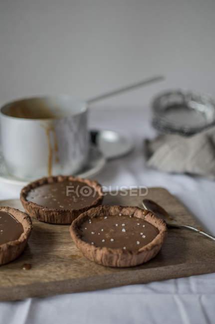 Schokolade Kuchen auf hölzernen Platte — Stockfoto