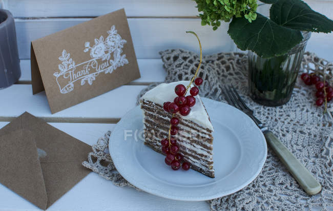 Pedazo de pastel en plato blanco - foto de stock