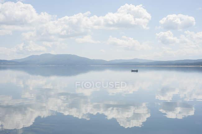 Berge, Himmel und Wolken spiegeln sich im Wasser — Stockfoto