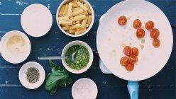 Cooking pesto spaghetti — Stock Photo